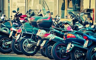 À Paris, le stationnement gratuit pour motos et scooters prendra-t-il bientôt fin ?