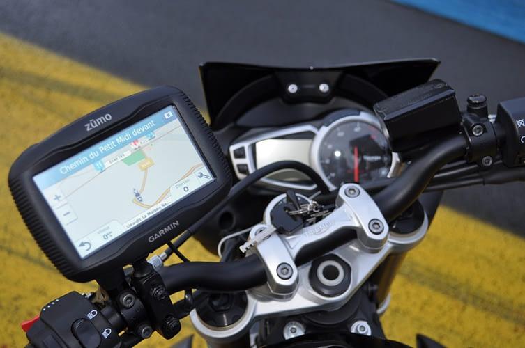 GPS alimente par la batterie de la moto