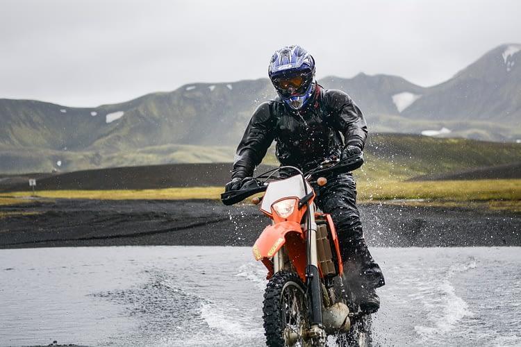 conduire moto sous la pluie gps