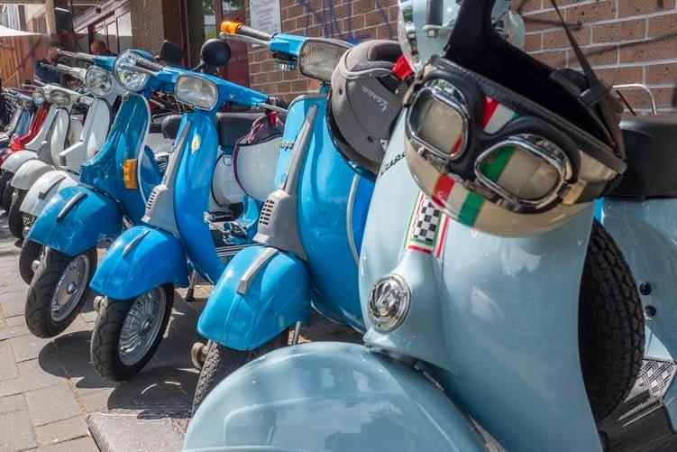 des scooters électriques bleus