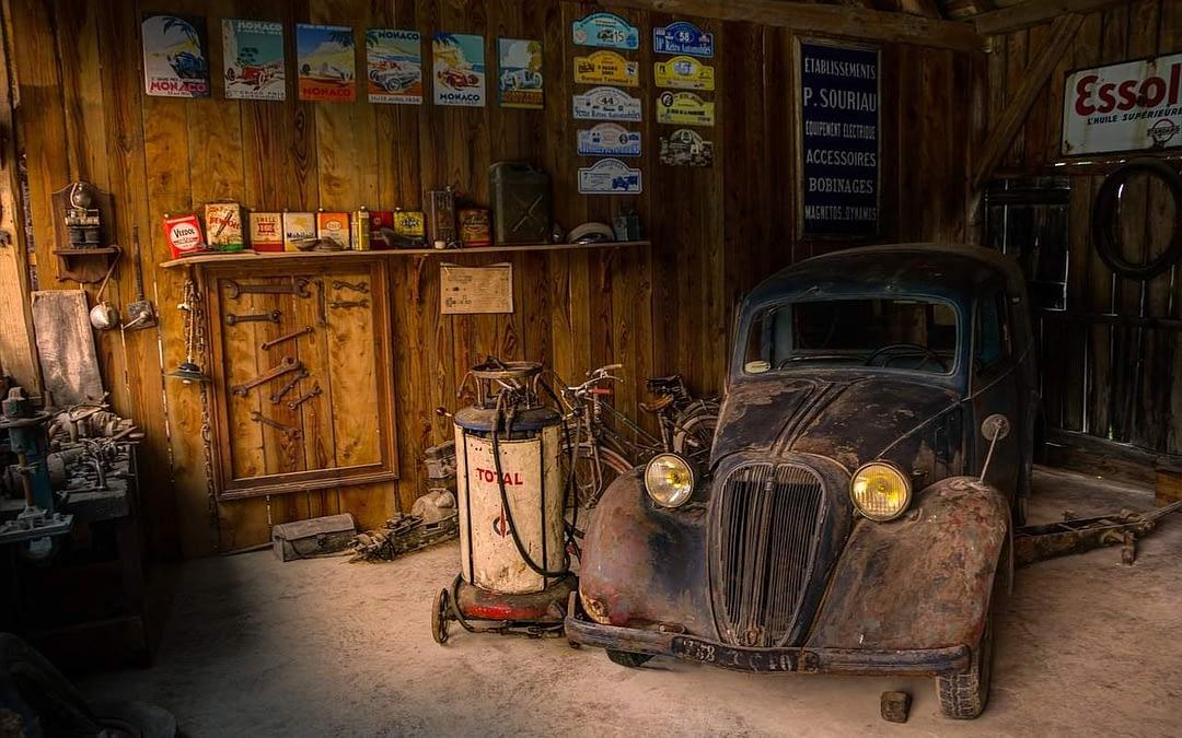 voiture au garage ancienne