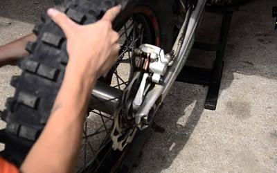 Comment changer la roue arrière de sa moto ?